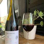 Dakishvili rouge 2016La sélection de la famille Dakishvili Ce vin rouge corsé est le fruit d'un mélange des cépages Saperavi, les plus connus de Géorgie, et des cépages français de Cabernet Sauvignon issus des vignobles appartenant à la famille Dakishvili et situés au cœur du village de Kondoli, sur la rive droite du rivière Alazani dans la région de Kakheti.Ce vin exclusivement élaboré de manière artisanale a été élevé selon un procédé ancestral, dans des jarres en terre cuite puis vieilli en fûts de chênes pendant 12 mois.Ce vin de caractère, délivre en bouche des accords intenses de cerises et de mûres associé à des notes de fêves de cacao et grains de café torréfiés.